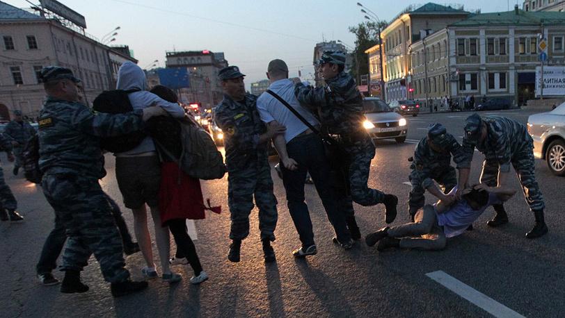 Полиция задерживает участников акции, вышедших на проезжую часть