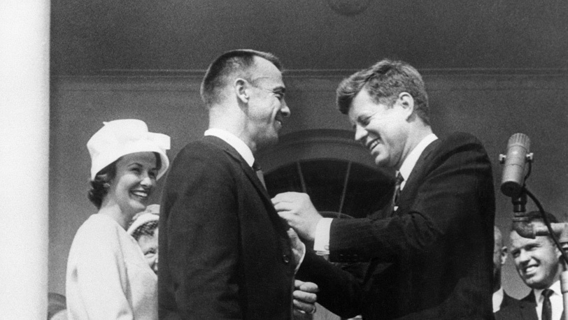 Джон Кеннеди вручает астронавту Алану Шепарду медаль за отличную службу