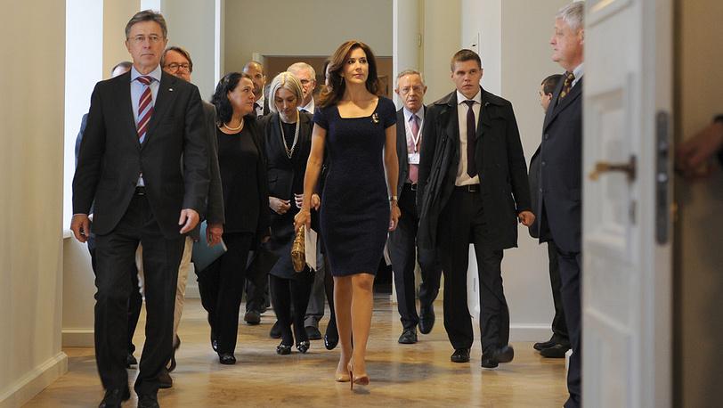 Кронпринцесса Дании Мэри (в центре) во время открытия выставки декупажей и костюмов, созданных по эскизам королевы Дании Маргреты II