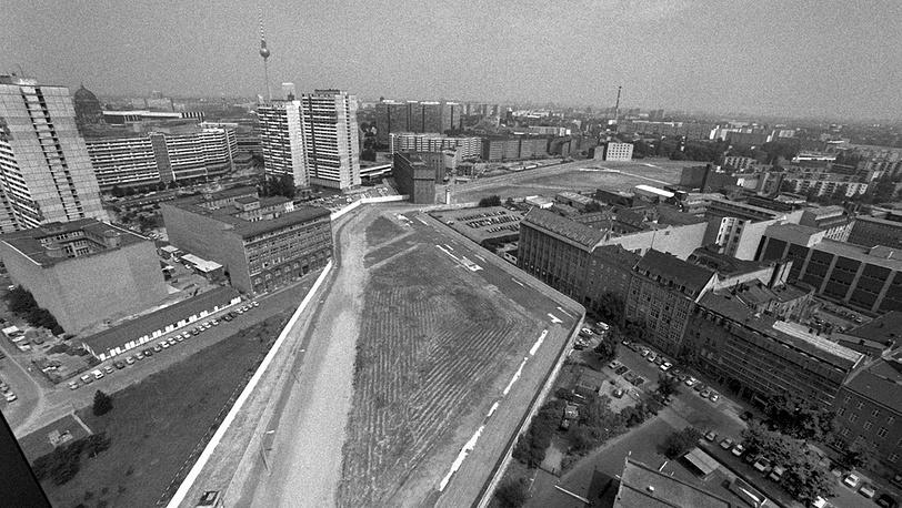 Общий вид возведенной стены, 1961 год