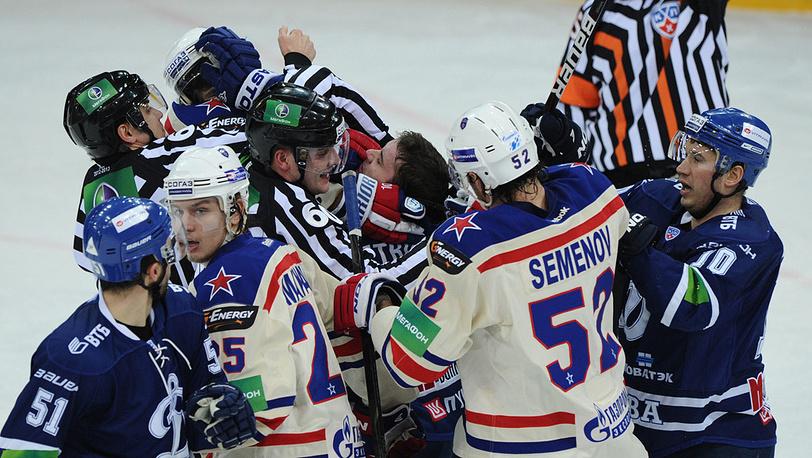 Драка между динамовцами и армейцами в матче чемпионата КХЛ