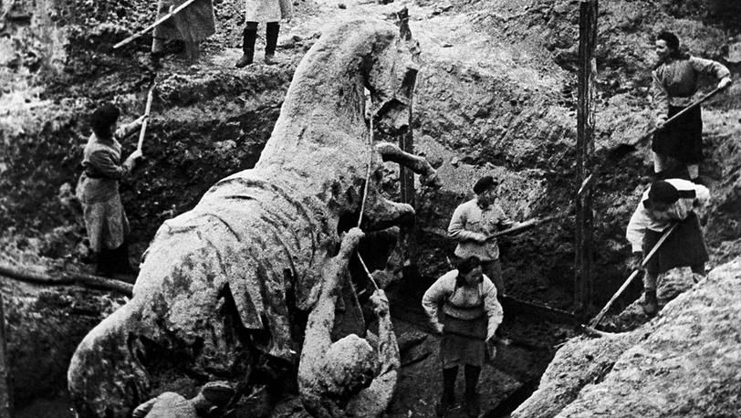 Ленинград, Коней Петра Клодта закапывают в землю, 1941 год
