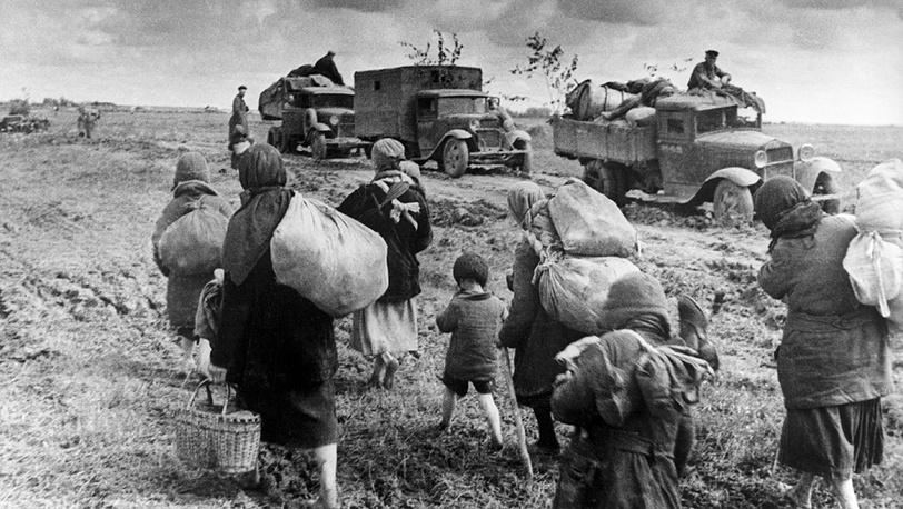 Фронт приблизился, люди покидают свои дома, 1941 год