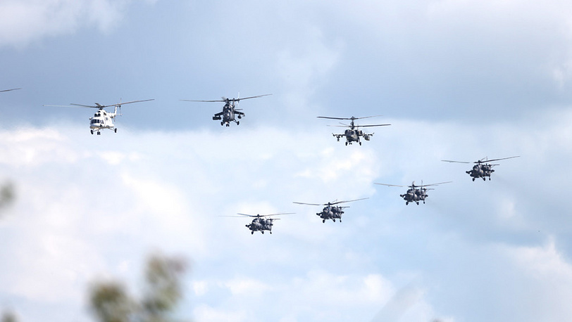 Российские вертолеты во время тренировочного полета. Фото ИТАР-ТАСС/ Марина Лысцева