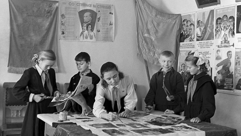 В 1962 году форма школьников изменилась: исчезли фуражки с кокардами и ремни с массивными пряжками. На фото: пионеры, 1962 год