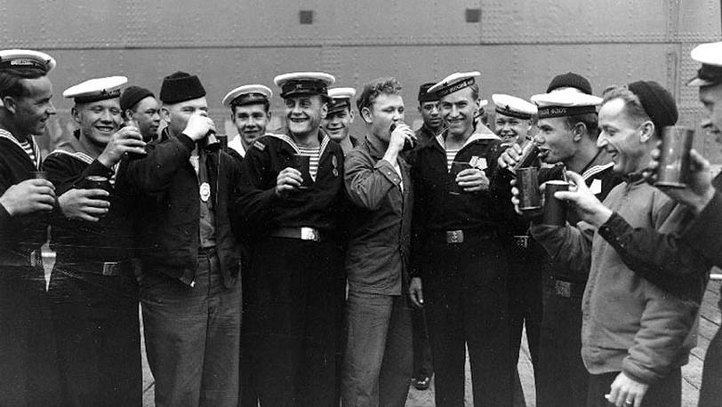 Советские и американские моряки празднуют день победы. 1945. Фото Navl History Center/