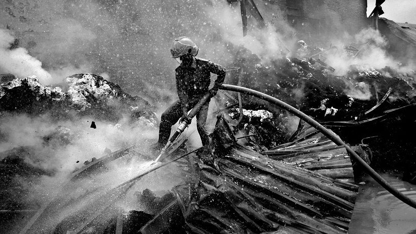 Абир Абдулла / EPA. Тушение пожара на текстильной фабрике в Дакке, Бангладеш, 2005 г.