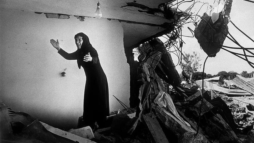 Дон Маккаллин / Contact Press Images. Женщина после резни в палестинском лагере беженцев Сабра,  Бейрут, Ливан, 1982 г.