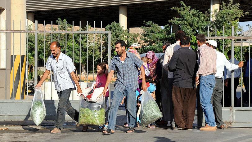 Сирийские беженцы пересекают турецкую границу в провинции Хатай