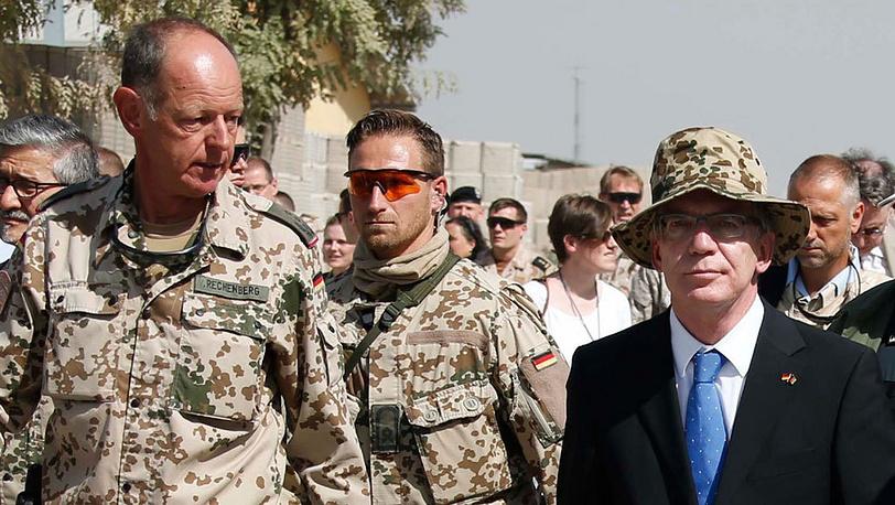 Томас де Мезьер( справа), министр обороны Германии. Фото EPA/FABRIZIO BENSCH