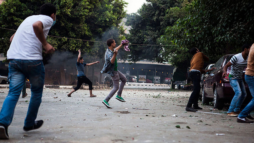 Столкновения во время митинга в Каире. Фото EPA/MAYSUN