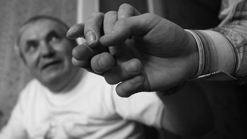 Александр Суворов понимает буквы, переданные пальцами на ладонь.  Фото ИТАР-ТАСС/Сергей Шахиджанян