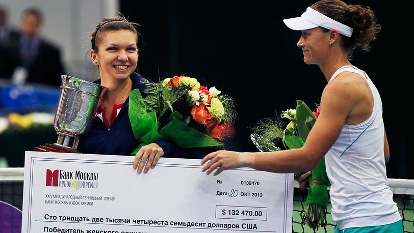 Симона Халеп (слева) и Саманта Стосур после награждения. Фото EPA/YURI KOCHETKOV