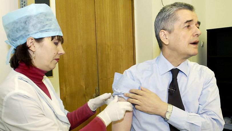 Геннадий Онищенко во время вакцинации от гриппа. Фото ИТАР-ТАСС/ Григорий Сысоев