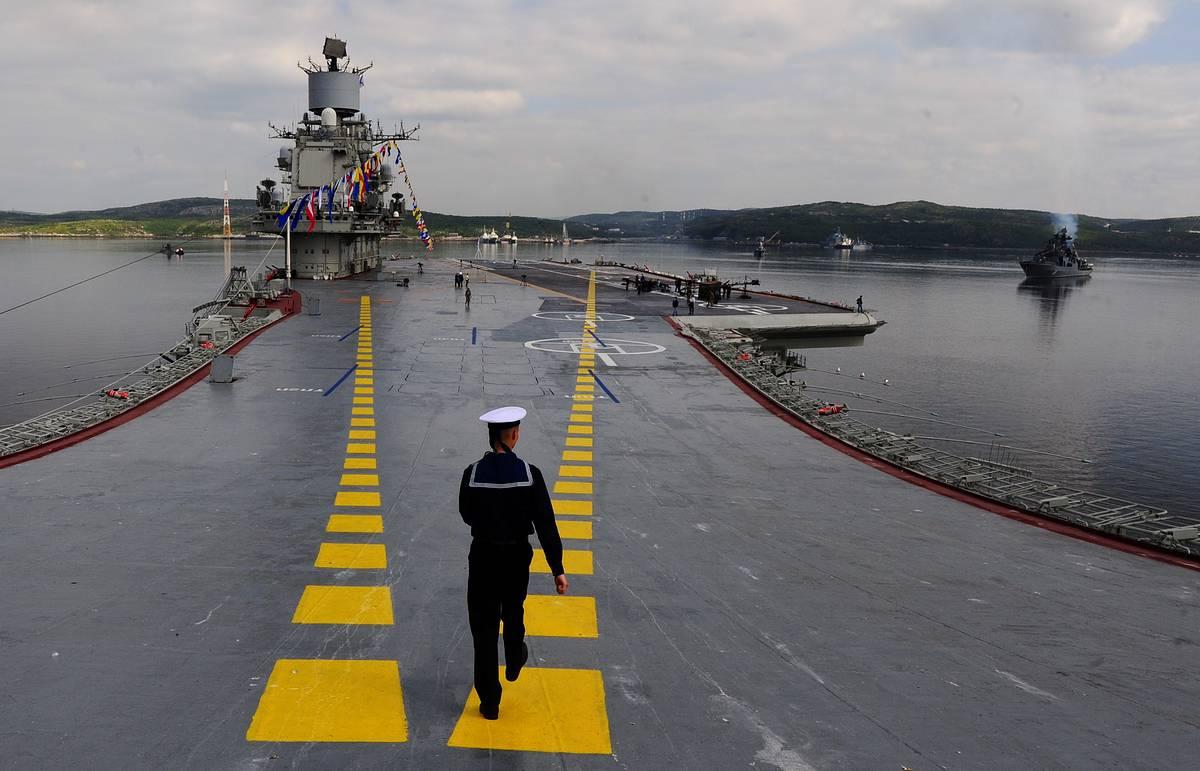 """Авианосец """"Адмирал Кузнецов"""" восстановил боеготовность и до конца недели покинет Мурманск"""
