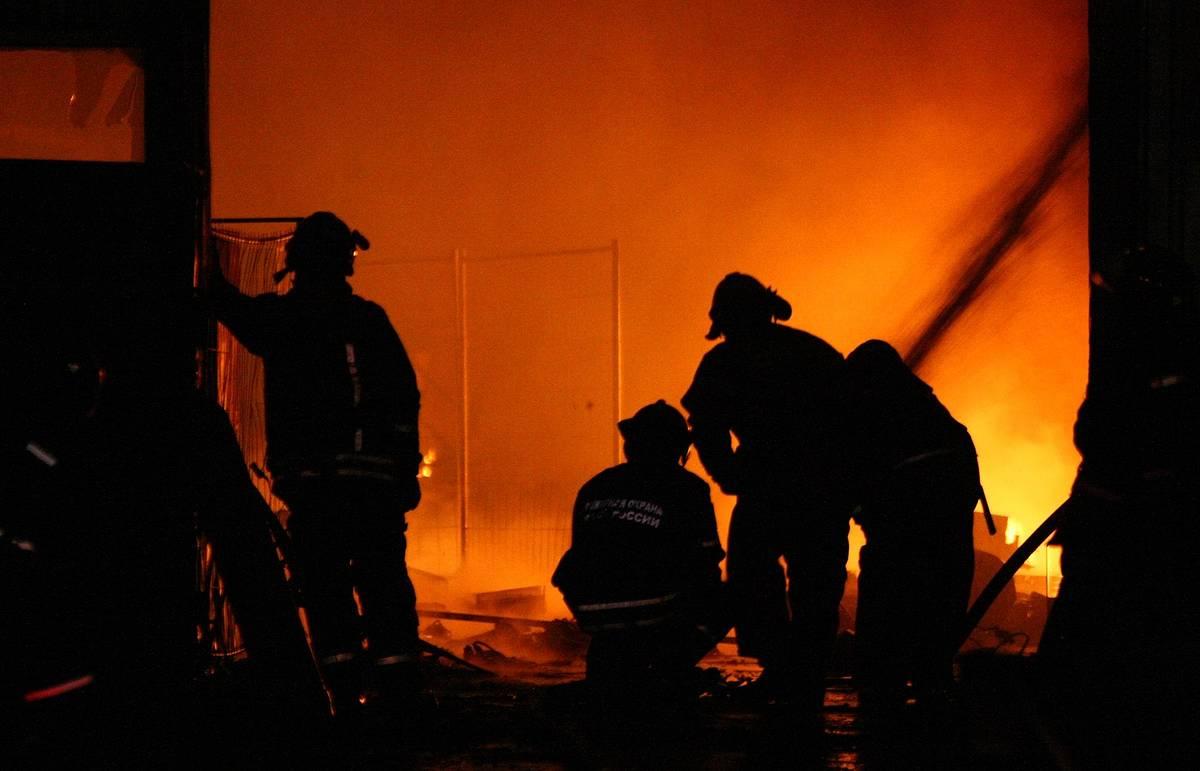 Сильный пожар произошел на заводе на северо-западе Москвы