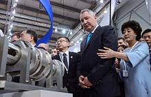 Дмитрий Рогозин (на первом плане) во время посещения III Российско-Китайского ЭКСПО