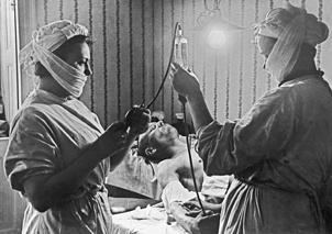Переливание крови советскими военными врачами в одной из квартир города.