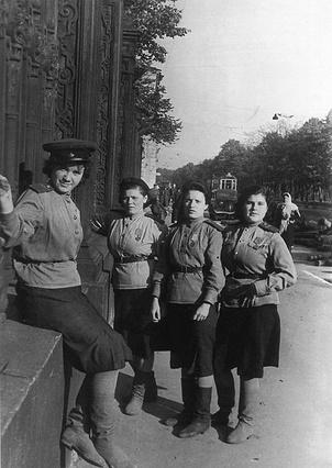Группа девушек-бойцов МПВО на бульваре Профсоюзов (Конногвардейском бульваре). 1944 г.