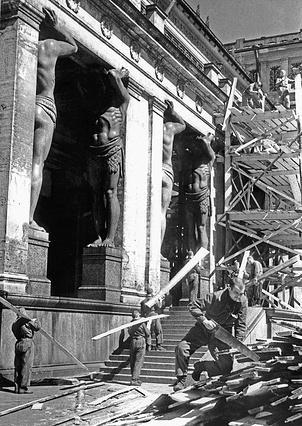 Ремонт Государственного Эрмитажа, пострадавшего от фашистских артиллерийских обстрелов