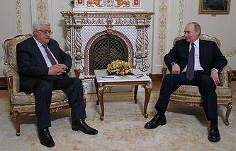 Palestine's president Mahmoud Abbas (L) and Russia's president Vladimir Putin at a meeting at Novo-Ogaryovo residence