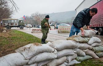 People build a barrier on the Simferopol - Sevastopol road (archive)