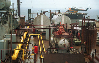 Oil extraction in Crimea (archive)
