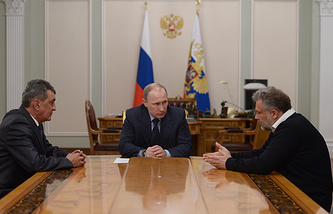 Vladimir Putin (center) in a meeting with Sergei Menyailo (left) and Alexei Chalyi