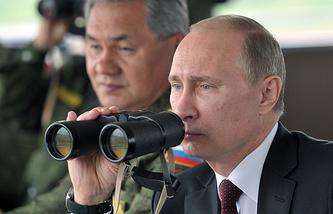 Vladimir Putin (right) and Sergei Shoigu (archive)