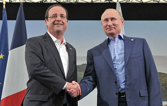 Russia's President Vladimir Putin (right) and his French counterpart Francois Hollande (archive)