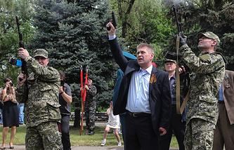 Vyacheslav Ponomaryov (center)