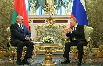 Belarusian President Alexander Lukashenko (L) and Russian President Vladimir Putin