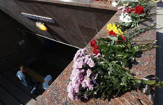 Flowers brought to the Slavyanskiy Bulvar metro station