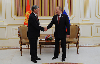 Kyrgyzstan's President Almazbek Atambayev and Vladimir Putin (archive)