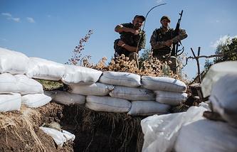 Ukrainian servicemen at a check point in Luhansk Region