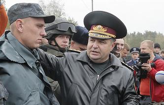 Ukrainian National Guard head Stepan Poltorak (right)