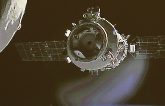 Shenzhou-9 parts from the orbiting Tiangong-1 space lab (archive)