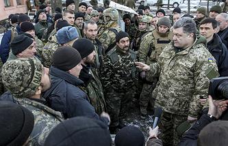 Petro Poroshenko speaks to Ukrainian soldiers