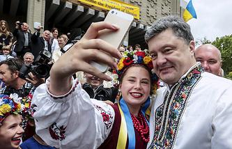 Ukrainian President Petro Poroshenko (right) wearing Ukraine's national dress meets Ukrainians living in Australia (archive)