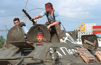 Military harware in Tiraspol in 1992 (archive)