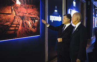 Ukrainian President Petro Poroshenko and US Vice President Joe Biden visiting a photo exhibition on the conflict in Ukraine's east in Kiev