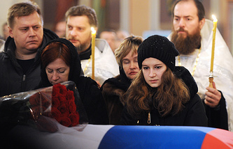 The family of the killed pilot at his funeral