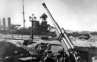Antiaircraft guns guarding the sky of Leningrad