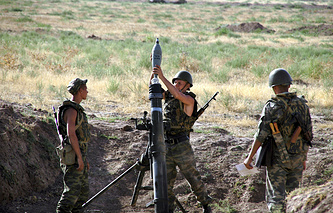 Russian servicemen take part in military drills at a Russian base in Tajikistan (archive)