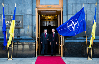 Ukraine's President Pyotr Poroshenko and NATO chief Jens Stoltenberg (archive)