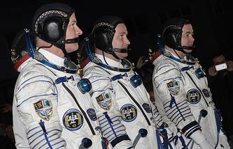 US astronaut Jeffrey Williams, Russian cosmonauts Aleksey Ovchinin and Oleg Skripochka (L-R)