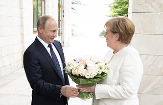 Russian President Vladimir Putin welcoming German Chancellor Angela Merkel in Sochi