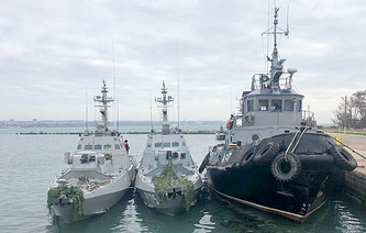 The Nikopol gunboat, the Berdyansk gunboat, and the Yany Kapu tugboat (L-R) of the Ukrainian Navy tugged to the Kerch Seaport