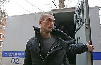 Петр Павленский у здания Тверского суда.