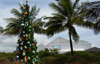 Рождественская ель, украшенная футбольными мячами, в Бразилии